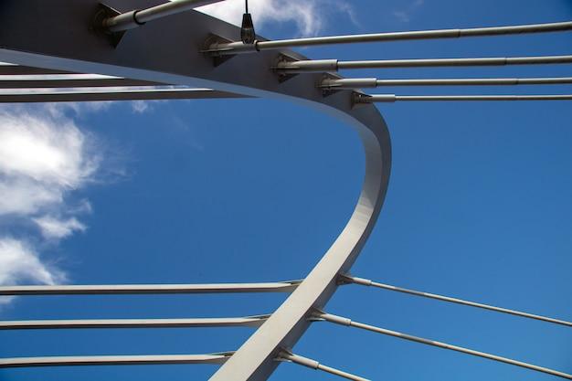 Ponte strallato contro il primo piano blu del cielo nuvoloso un giorno di estate soleggiato