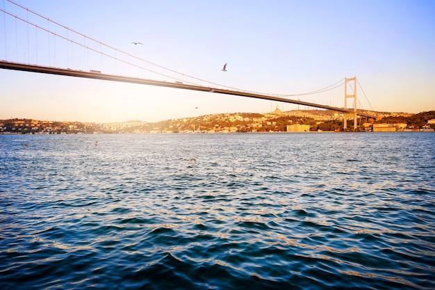 Ponte sul bosforo sull'acqua blu