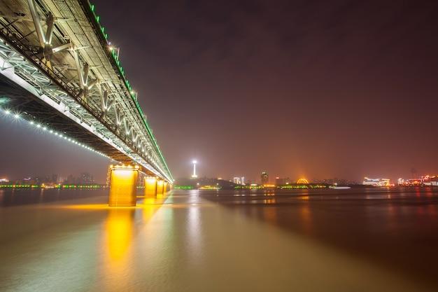 Ponte sul fiume e la strada del fiume yangtze