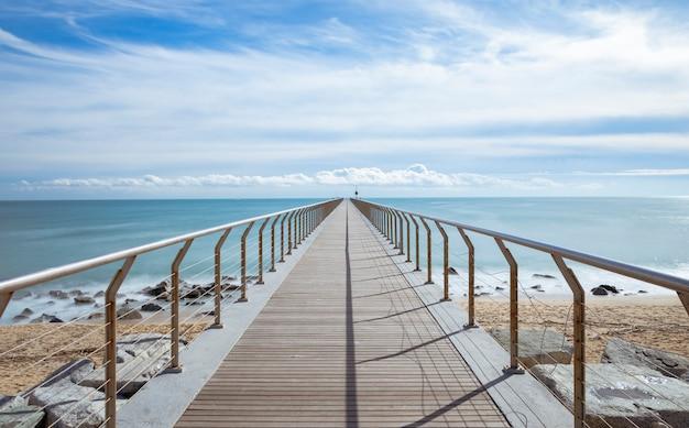 Ponte sulla spiaggia