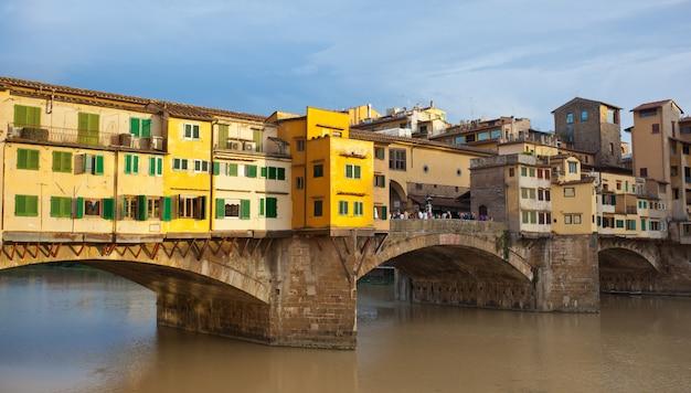 Ponte vecchio al tramonto, firenze, italia