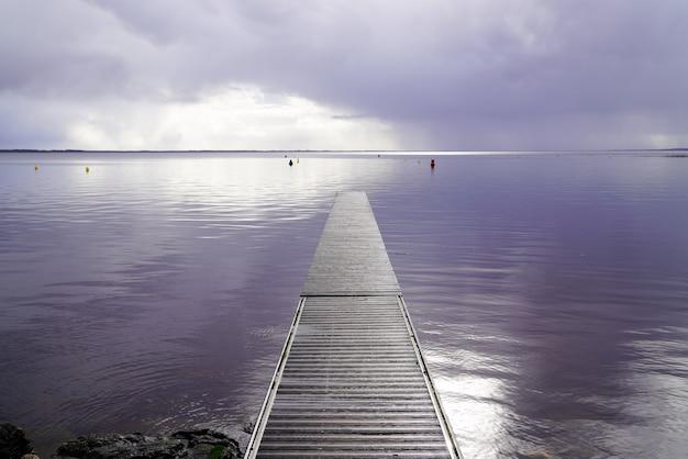 Pontone di legno di pesca il giorno di inverno di alba del lago in hourtin in gironda