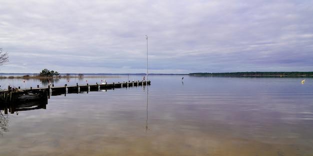 Pontone di legno sul lago di cazaux sanguinet sul panorama francese della costa atlantica in landes