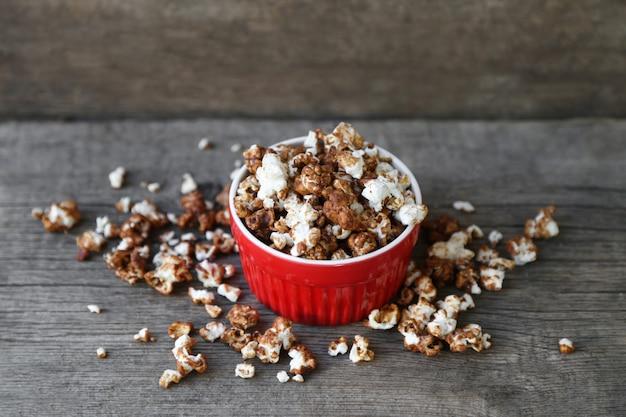 Popcorn al cioccolato in piatto rosso