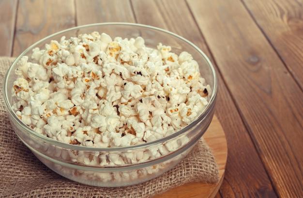 Popcorn al sale sul tavolo di legno