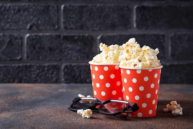 Popcorn con gli occhiali 3d su sfondo scuro