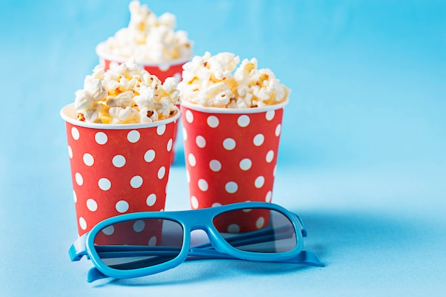Popcorn con occhiali 3d su sfondo blu