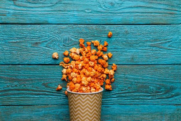 Popcorn del formaggio sulla tavola di legno blu