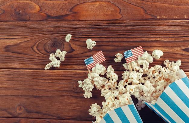 Popcorn del sale sui precedenti di legno