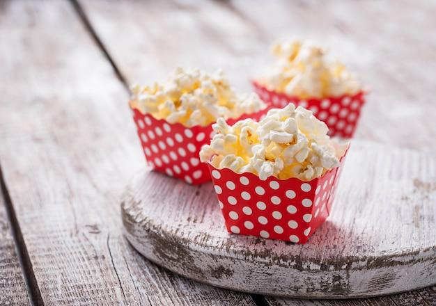 Popcorn in confezione rossa a pois