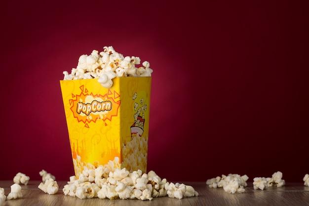 Popcorn isolato nella priorità bassa rossa