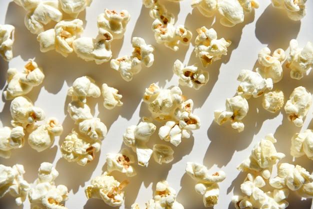 Popcorn isolato su sfondo bianco