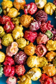 Popcorn multicolore su uno sfondo luminoso.