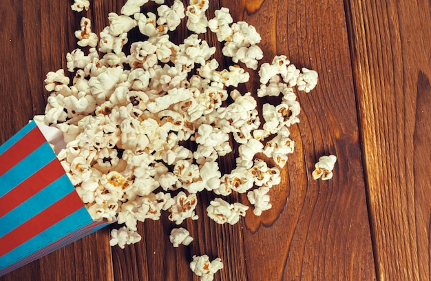 Popcorn sale sul tavolo di legno