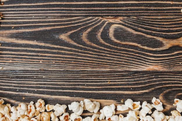 Popcorn sul tavolo in legno, da vicino
