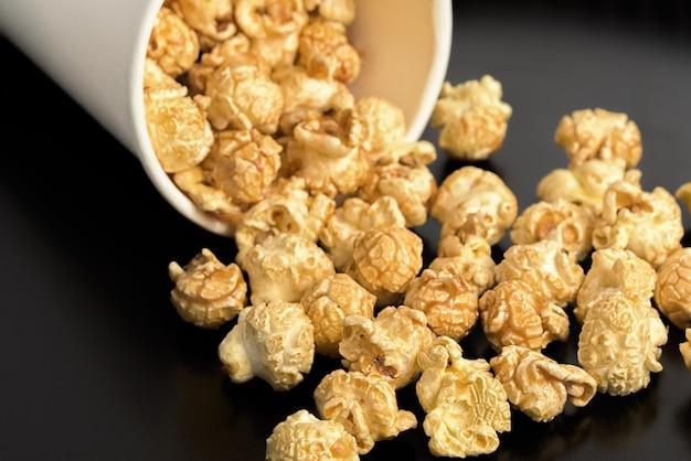 Popcorn sul tavolo.