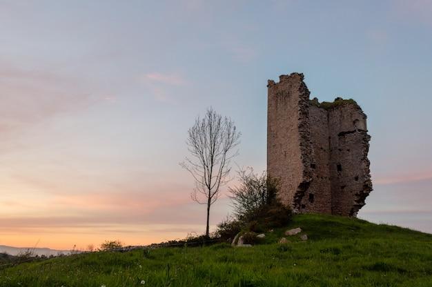Popolare sito di attrazione turistica: rovine di un castello medievale a torre del xii secolo. asturie. spagna.