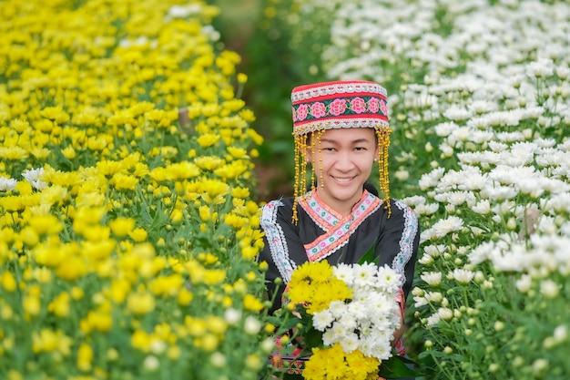 Popoli indigeni nel nord della thailandia e la collezione di crisantemi nel giardino