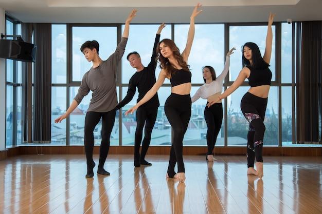 Popolo asiatico che balla insieme