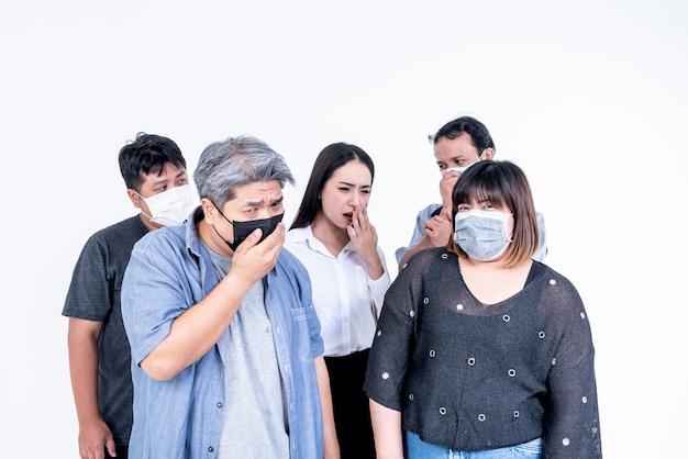 Popolo asiatico che indossa una maschera per prevenire i germi