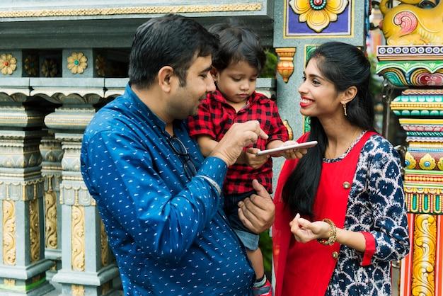 Popolo indiano che utilizza il cellulare