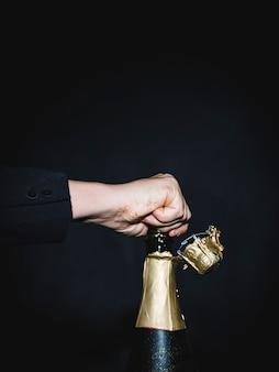Popping bottiglia di champagne