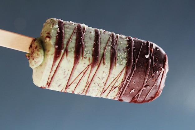 Popsicle rinfrescante con menta e cioccolato, gelato di menta con bastoncino di cioccolato.