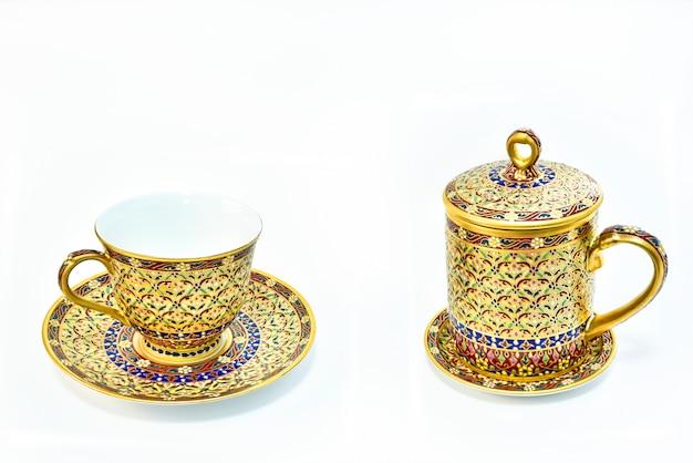 Porcellana tailandese di benjarong isolata su fondo bianco.