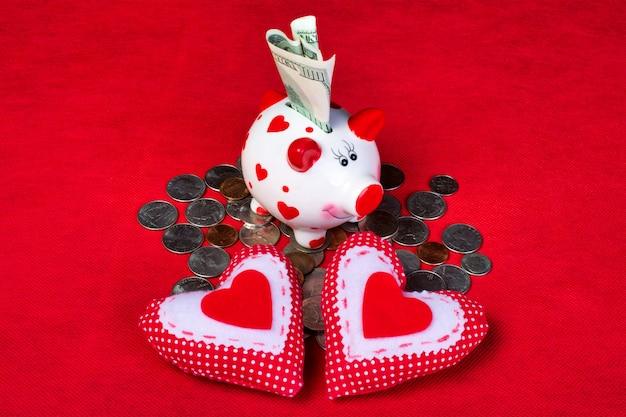 Porcellino salvadanaio ceramico romantico bianco sopra molte monete