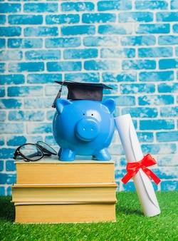 Porcellino salvadanaio del diploma dello studente laureato