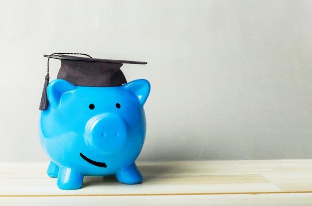 Porcellino salvadanaio diploma di studente universitario