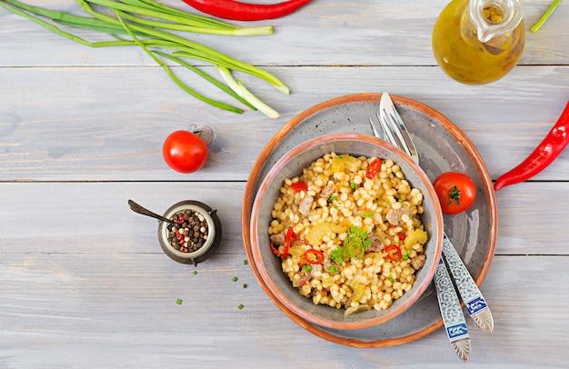 Porridge dal couscous turco con carne e verdure. menu dietetico vista dall'alto.