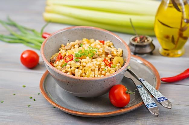 Porridge dal couscous turco con carne e verdure. menu dietetico