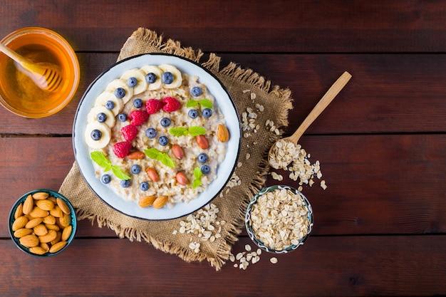Porridge di farina d'avena con bacche, miele e frutta su tela