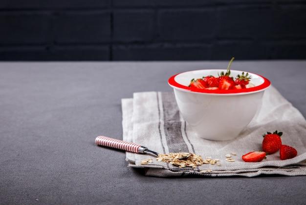 Porridge di farina d'avena con frutti di bosco freschi. colazione salutare estiva