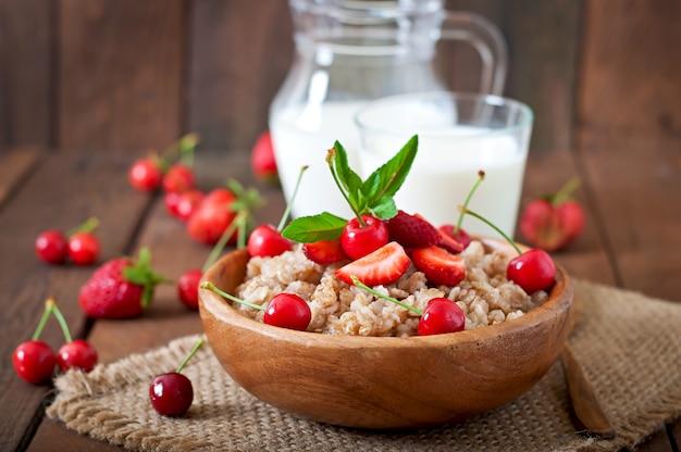 Porridge di farina d'avena con frutti di bosco in una ciotola bianca