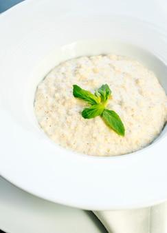 Porridge di farina d'avena con marmellata laterale