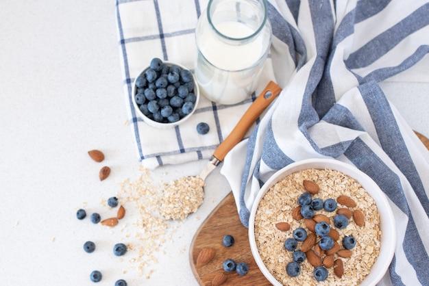 Porridge di farina d'avena con noci, mirtilli e banana in ciotola