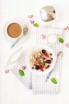 Porridge di farina d'avena gustoso e sano con bacche, semi di lino e noci. colazione salutare. cibo fitness. nutrizione appropriata.