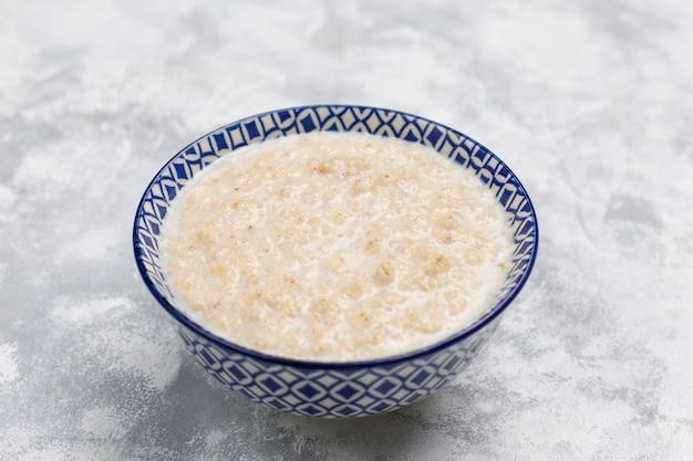 Porridge di farina d'avena in una ciotola su calcestruzzo, vista dall'alto