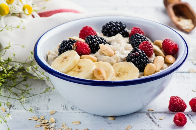 Porridge di farina d'avena in una ciotola