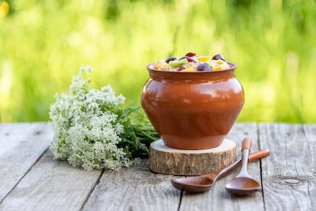 Porridge di farina d'avena naturale per colazione con frutta.