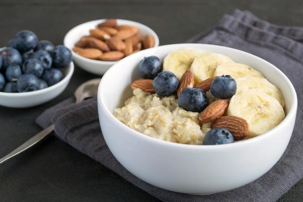 Porridge di farina d'avena sano per la colazione.