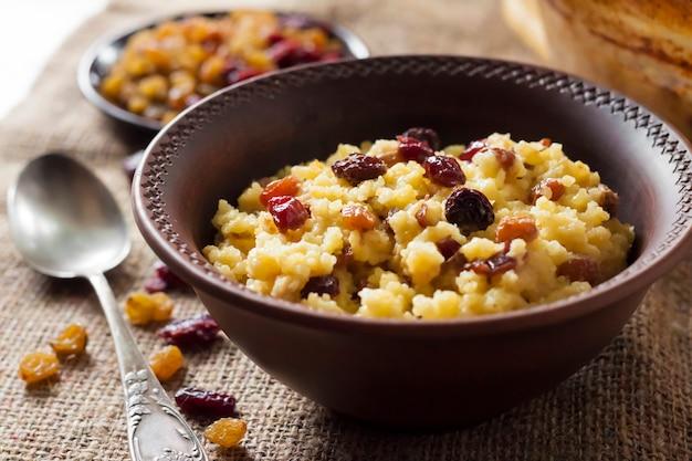 Porridge di miglio dolce con uvetta e mirtilli rossi secchi