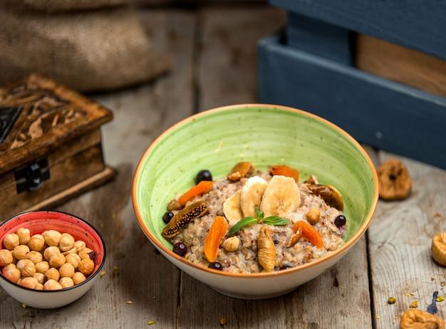 Porridge di orzo con frutta secca e banana