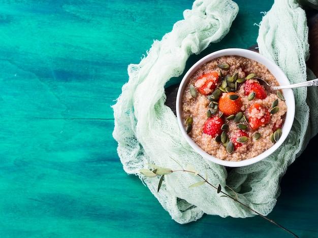 Porridge di quinoa con fragole in ciotola