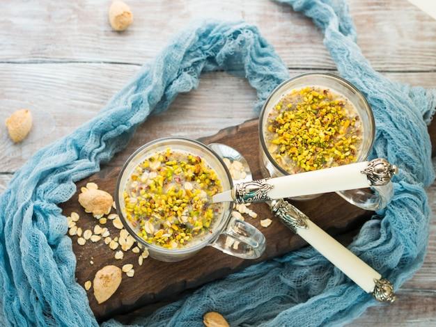 Porridge di quinoa d'avena durante la notte con latte di cocco e banana