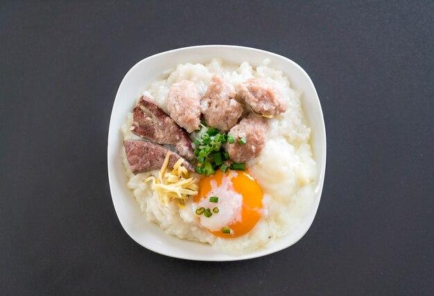 Porridge di riso con carne di maiale e uova