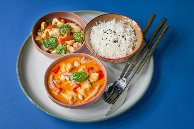 Porridge di riso con carne di maiale e verdure. set di cibo tradizionale vacanza cinese.