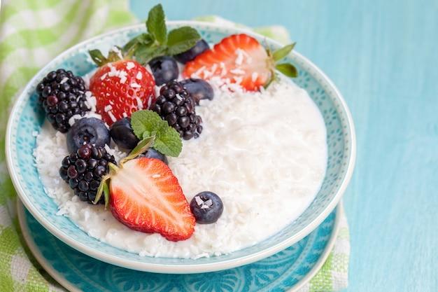 Porridge di riso con latte di cocco e frutti di bosco
